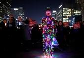 عکس/ اعتراض متفاوت شهروند کره جنوبی به برکناری رئیسجمهور