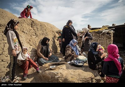 زنان روستا در حال پخت نان در تنها تنور هیزمی قلعه هستند.