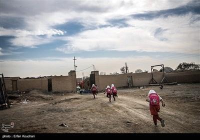 کودکان روستا برای تحصیل مجبورند به روستای جعفرآباد که در چند کیلومتری قلعه است بروند.