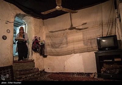 نمای داخلی یکی از خانه های قلعه لهک. ساکنین قلعه برای جلوگیری از ریزش کاهگل و نفوذ موش و مار سقف خانه ها را با چندین لایه پلاستیک میپوشانند.