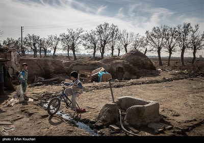 تنها وسایل بازی پسر بچه های قلعه دوچرخه ای یک چرخ و یک توپ بادی نیمه باد است.
