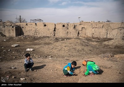 بازی کودکان خارج از دیوارهای قلعه لهک