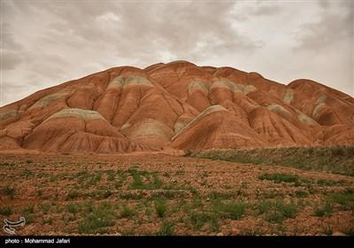 جبال متنوعة الألوان فی زنجان غربی ایران