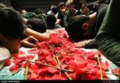 مراسم وداع با پیکر دوشهید گمنام دوران دفاع مقدس با حضور معتکفین در مسجد دانشگاه شهید بهشتی