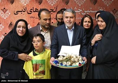 اهدای سوغات استان رامهرمز به سید رضا صالحی امیری وزیر فرهنگ و ارشاد اسلامی
