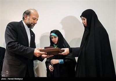 تقدیر از خانواده یکی از شهدای مدافع حرم توسط محمدمهدی حیدریان رئیس سازمان سینمایی