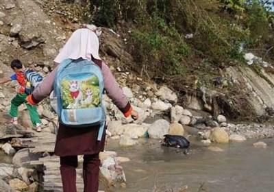 پلی که ناتمام ماند/ دانشآموزان « خنیمه سفلی» برای رفتن به مدرسه دل به آب میزنند