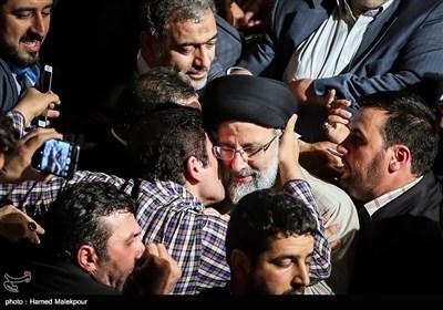 حجتالاسلام سیدابراهیم رئیسی در جمع حامیان مردمی هنگام خروج از سالن شهدای هفتم تیر