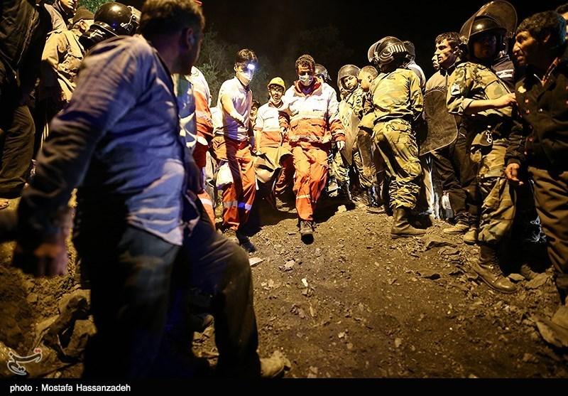 لحظه خارج کردن اجساد کارگران معدن آزادشهر