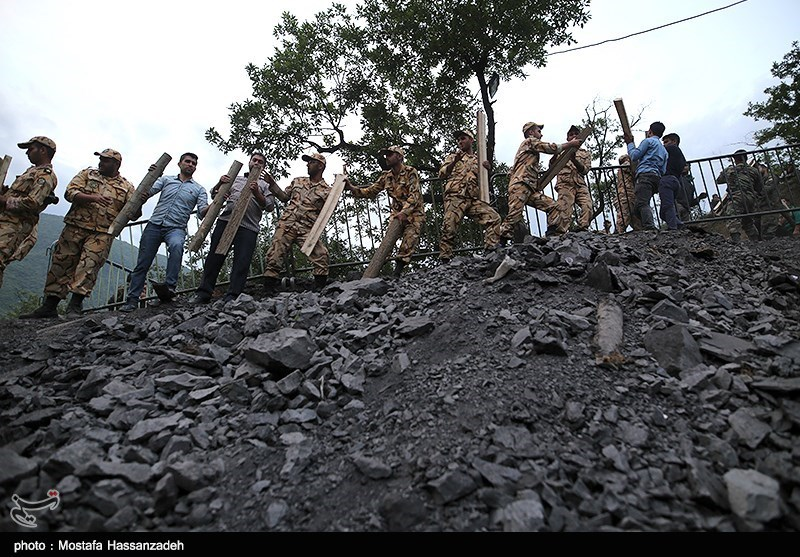 متخصصان معدن برای بازگشایی مسیر تونل معدن آزادشهر تلاش میکنند
