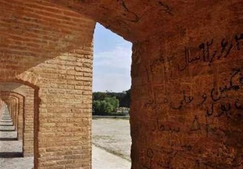 نیاز پلهای زایندهرود به پایش مرتب؛ دیوارنوشتههای پلهای تاریخی اصفهان پاکسازی میشود