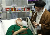 الامام الخامنئی یزور آیة الله شاهرودی فی المشفى + صور