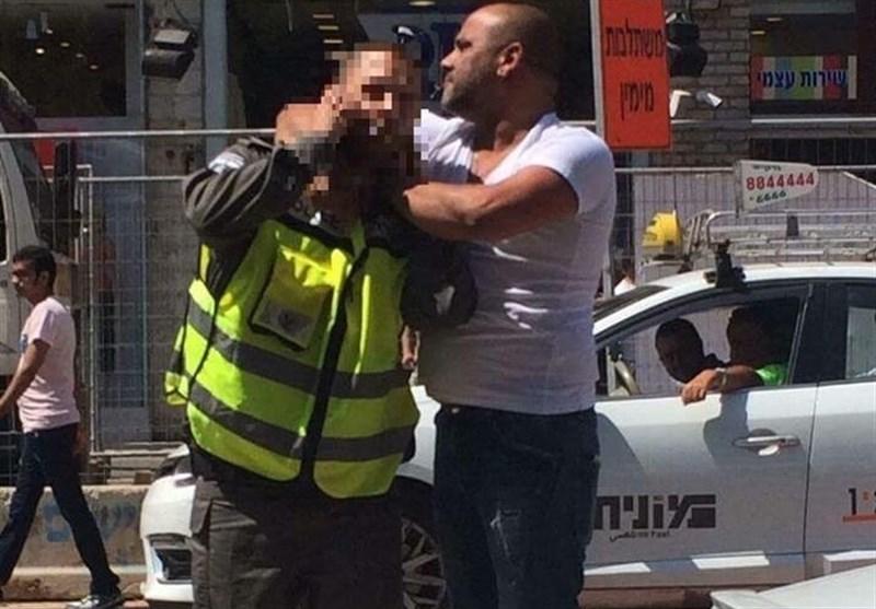 فلسطینی یطعن شرطیا صهیونیا بسکین+صور