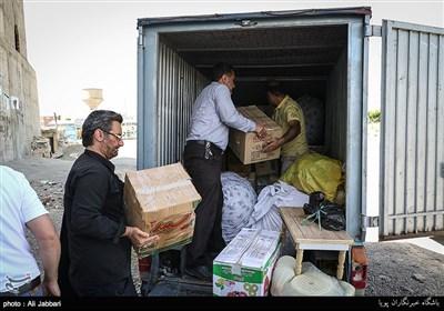 آقا حمید و خانواده اش چهار روز است که در کنار خیابان زندگی میکنند علتش هم جواب کردن صاحب خانه است. او با داشتن سه فرزند و ورشکستگی در کارش نتوانست اجاره خانه را تهیه کند. او با مشکلی که در چشمانش بوجود آمده نمیتواند هر کاری را انجام دهد امروز تعدادی از مردم اسلامشهر به کمک هم توانستنند خانه ای را به مدت یک سال برای این خانواده رهن کنند.