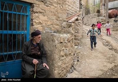 زندگی روزمره در روستای گلال. روستای گلال یکی از روستاهای قدیمی در منطقه پاوه است که مردم آن با زبان هورامی سخن می گویند . این روستا نزدیک 1300 نفر جمعیت دارد.