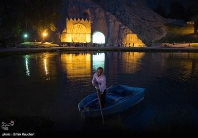 نمایی از محوطه طاق بستان. طاق بستان مجموعهای از سنگنگارهها و سنگنبشتههای دوره ساسانی است که در شمالغربی شهر کرمانشاه در غرب ایران واقع شده است.