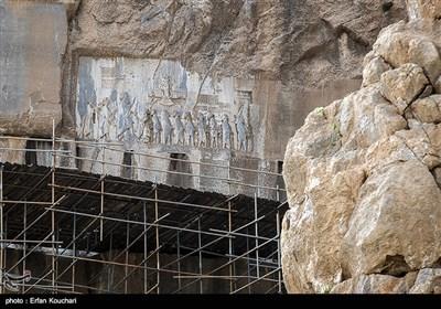 کتیبه و نقش برجسته داریوش. این نقش برجسته 6.5 متر طول و 2.3 متر عرض دارد که به دستور داریوش ایجاد شده و پیروزی وی بر گئومات( بردیای دروغین) و نه تن از دشمنانش را که به اسارت وی درآمده اند به تصویر می کشد.