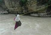 دانش آموزان این روستا با طناب به مدرسه می روند / آویزان شدن روی رودخانه خروشان برای درس خواندن !
