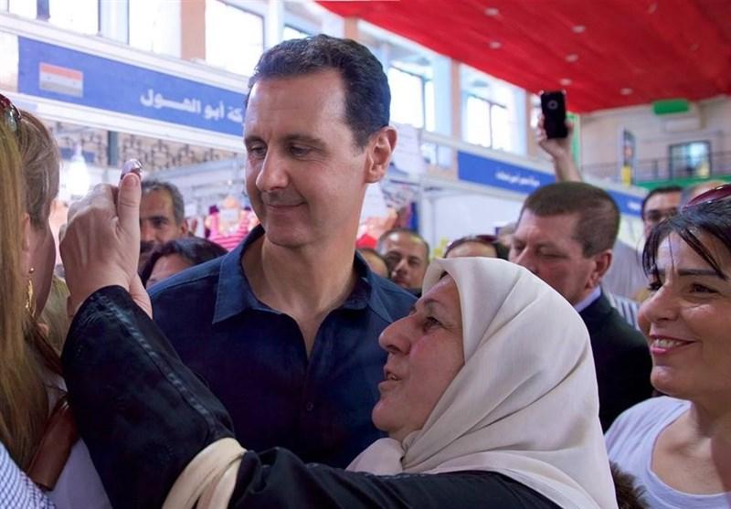 الرئیس الأسد یزور مهرجان التسوّق وسط دمشق ویأخذ الصور الشخصیة مع الجماهیر +فیدیو وصور