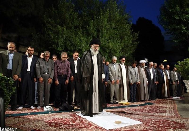 قائد الثورة الاسلامیة یستقبل جمعا من الشعراء والمثقفین والادباء