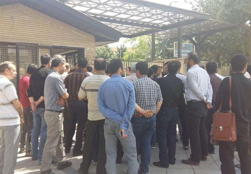 تجمع کارگران شهرداری مهران در اعتراض به عدم پرداخت 4 ماه حقوق