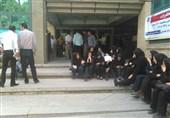 نیروهای شرکتی مخابرات همدان در مقابل این شرکت تجمع کردند
