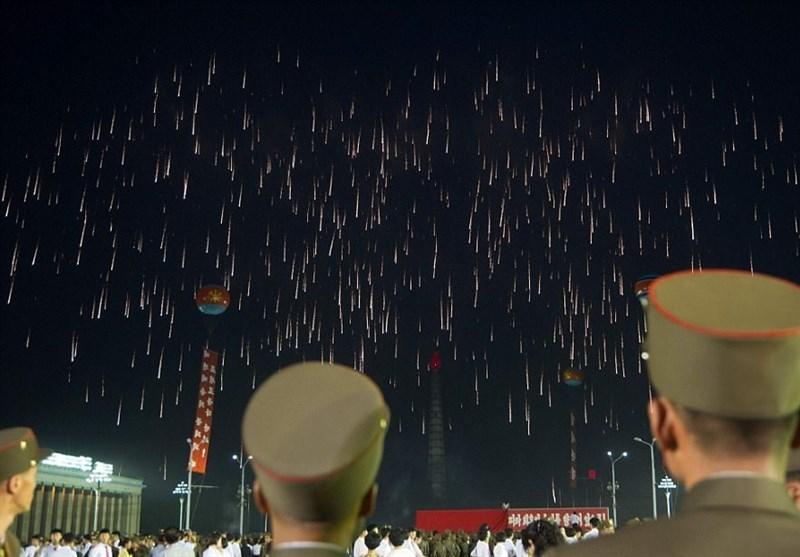 جشن و نورافشانی مردم کره شمالی برای پرتاب موشک قارهپیما+تصاویر