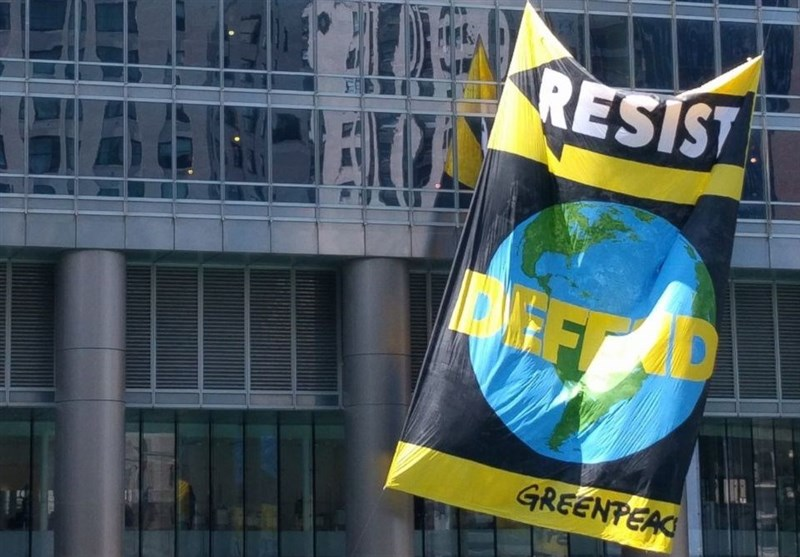 7 Arrested after Unfurling 'Resist' Banner at Chicago's Trump Tower