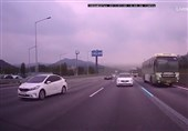 سفر خطرناک دو کودک در زیر اتوبوس + عکس