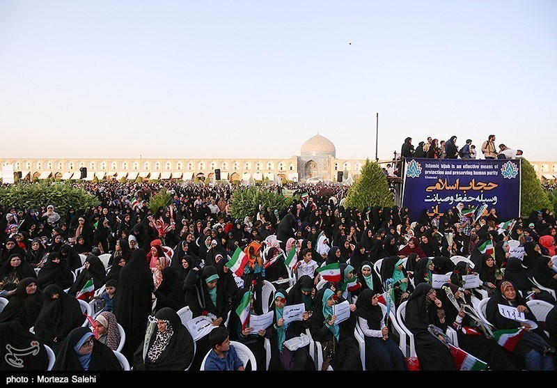 """برگزاری اجتماع پرشور """"دختران انقلاب"""" با حضور خانواده شهدا"""