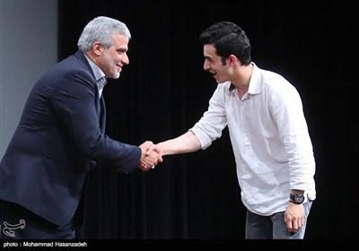 تقدیر از علی شادمان بازیگر فیلم ویلاییها توسط مجید قلیزاده مدیر عامل خبرگزاری تسنیم