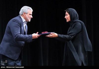 تقدیر از آناهیتا افشار بازیگر فیلم ویلاییها توسط مجید قلیزاده مدیر عامل خبرگزاری تسنیم