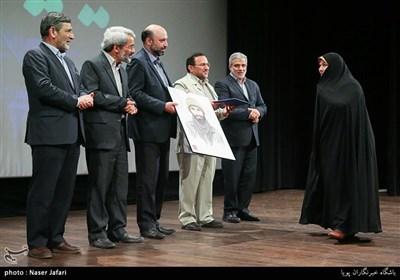 تقدیر از همسر سردار شهید علیرضا نوری در آیین تجلیل خبرگزاری تسنیم از عوامل فیلم ویلاییها