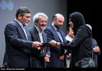 تقدیر از منیر قیدی کارگردان فیلم ویلاییها توسط محمدحسین صفارهرندی عضو مجمع تشخیص مصلحت نظام