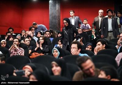 منیر قیدی کارگردان فیلم ویلاییها در آیین تجلیل خبرگزاری تسنیم
