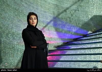 آناهیتا افشار بازیگر فیلم ویلاییها در آیین تجلیل خبرگزاری تسنیم