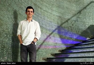 علی شادمان بازیگر فیلم ویلاییها در آیین تجلیل خبرگزاری تسنیم