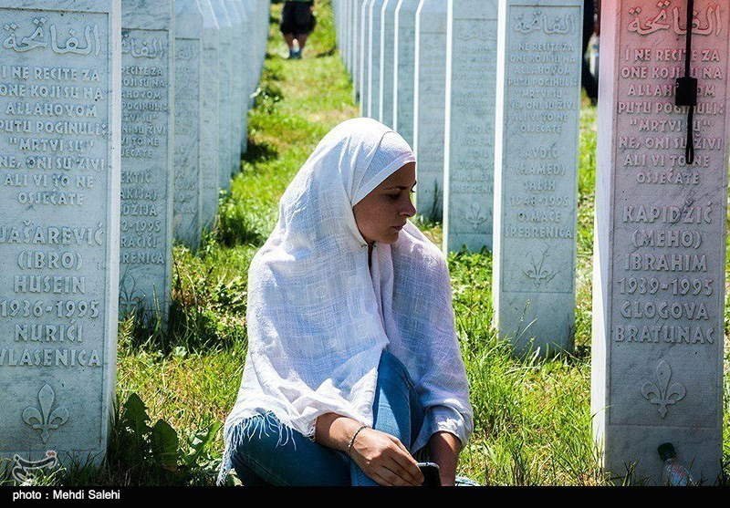 Iran's FM Zarif Pays Tribute to Bosnian Muslims Killed in Srebrenica Massacre