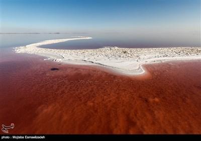 بالصور.. میاه بحیرة أرومیة تتحول إلى اللون الأحمر
