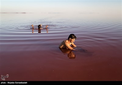 میاه بحیرة أرومیة تتحول إلى اللون الأحمر