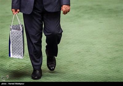 نامه معرفی و سوابق وزرای پیشنهادی رئیس جمهور برای دولت دوازدهم در دستان حسینعلی امیری معاون پارلمانی رئیسجمهور