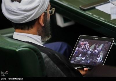احمد مازنی در حال تماشای فیلم سلفی حاشیهساز برخی از نمایندگان مجلس با فدریکا موگرینی