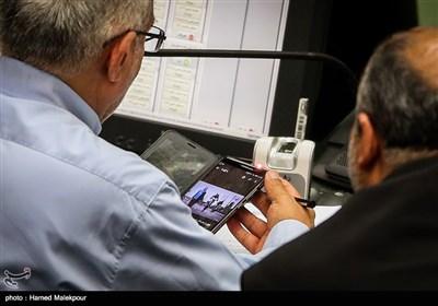 عبدالرضا مصری در حال تماشای تصاویر حاشیهای سلفی برخی از نمایندگان مجلس با فدریکا موگرینی