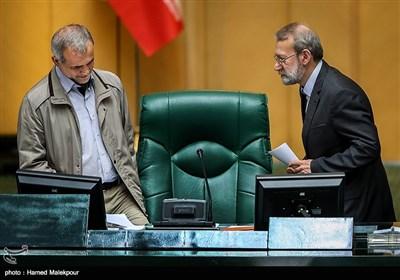 علی لاریجانی رئیس مجلس شورای اسلامی ریاست جلسه علنی مجلس را به مسعود پزشکیان نایب رئیس مجلس تفویض میکند