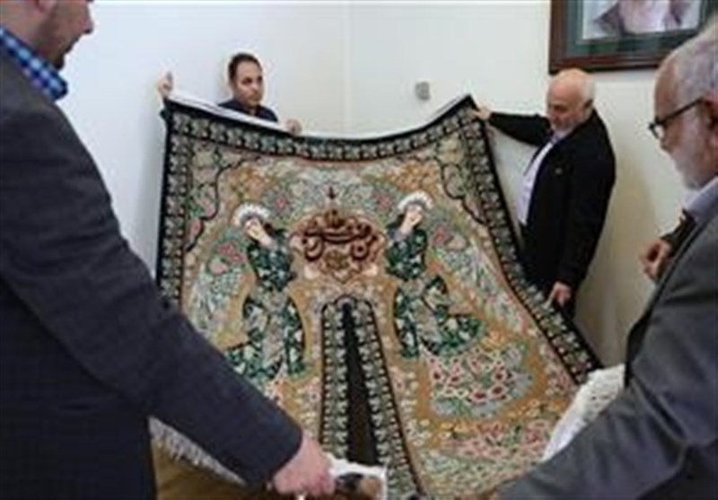 فرش نفیس ابریشمی بافت اصفهان به موزه آستان قدس رضوی اهداء شد