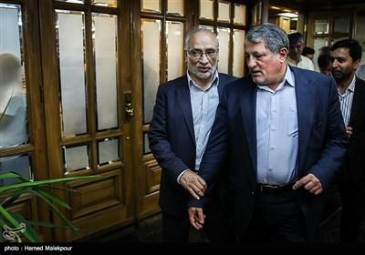 محسن هاشمی و حسین مرعشی هنگام خروج از جلسه منتخبین پنجمین دوره شورای شهر برای انتخاب شهردار تهران
