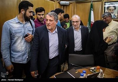 حسین مرعشی و محسن هاشمی هنگام خروج از جلسه منتخبین پنجمین دوره شورای شهر برای انتخاب شهردار تهران