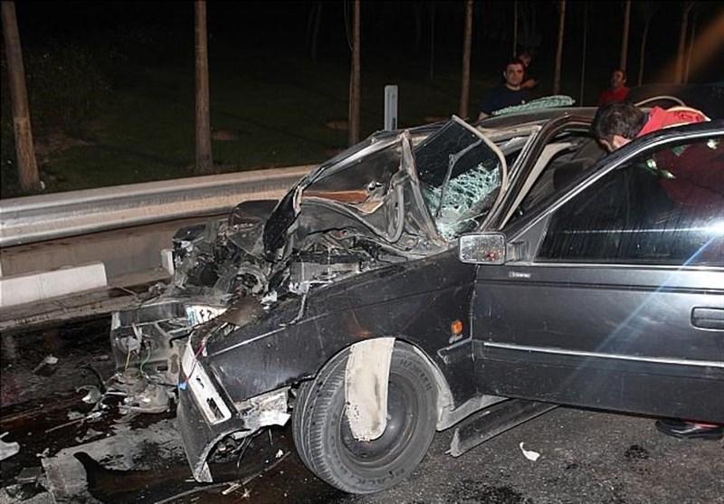 محبوس شدن راننده پژو داخل اتاقک متلاشی شده خودرو