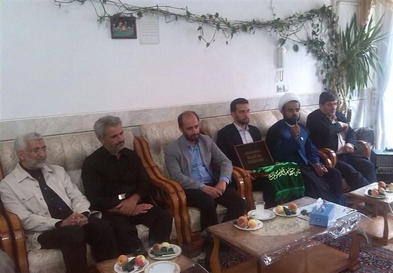 حضور سعید جلیلی و خادمان حرم حضرت معصومه (س) در منزل شهید حججی+ عکس