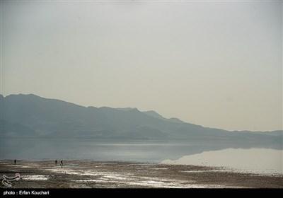 کرانه ساحلی میانگدر شهید کلانتری. احداث این میانگذر بر روی دریاچه باعث سکون آب در بخشی هایی از دریاچه و نهایتا افزایش رسوبات دریاچه شده است.